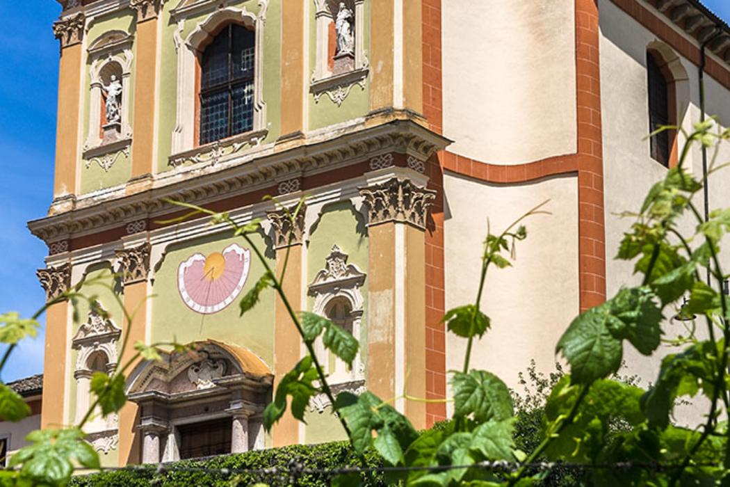 Wir biegen rechts ab auf die Via Fraitelli, bis die Via Amando Diaz erreicht ist. Auf dieser gehen wir links hinauf, zur barocken Pfarrkirche Santa Maria Assunta.