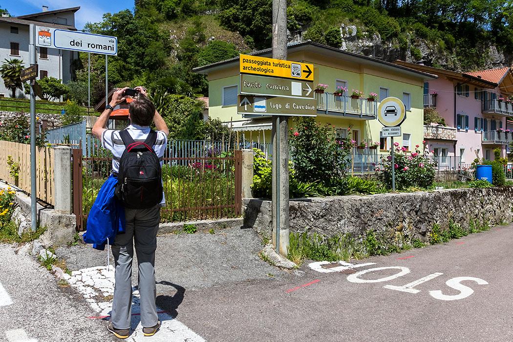 """In der Via dei Romani heißt steht der Wegweiser mit der Beschriftung """"Passeggiata touristica archeologica"""" und """"Fonte Romana"""", diesem folgen wir."""
