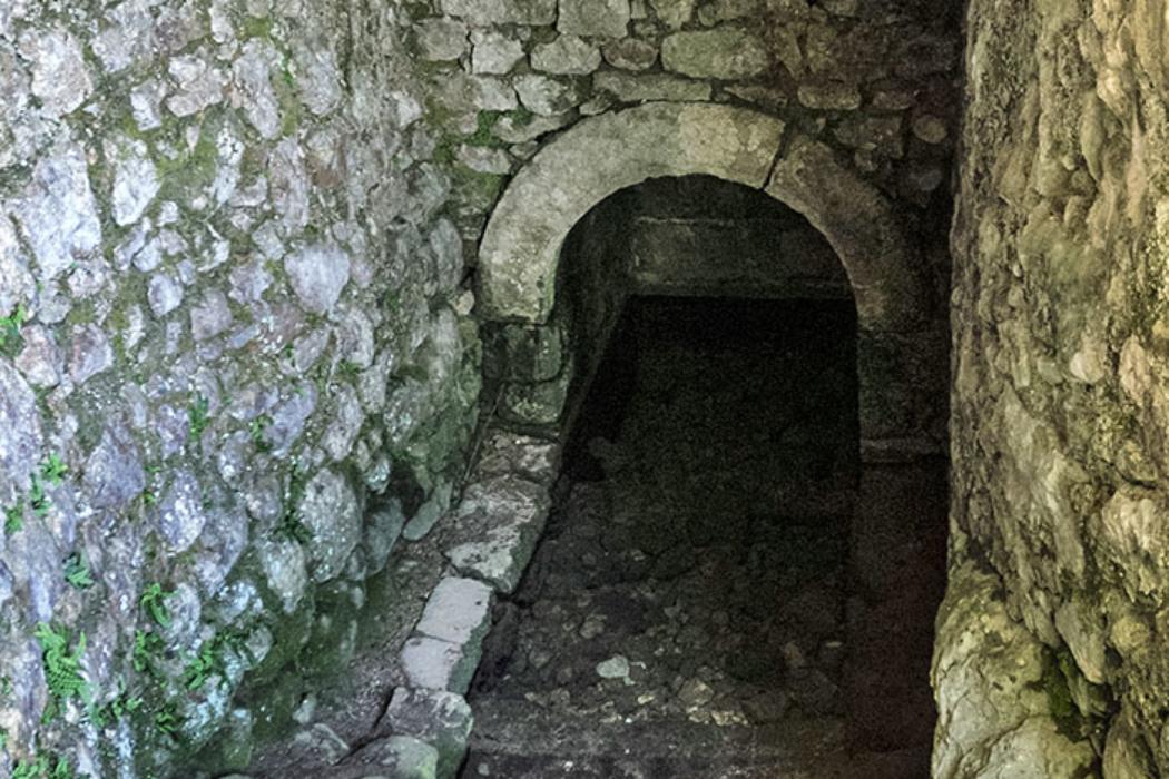 Am Ende des Zugangs zum Brunnen befindet sich ein kurzes, exakt gemauertes Gewölbe, zu diesem führen Treppen bis zum Wasserbecken hinab.