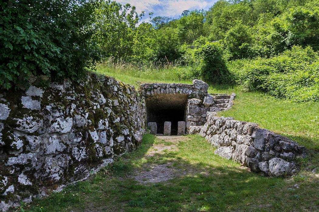 """Garda Trentino: Archäologische Wanderung im Tal von Cavedine garda trentino, cavedine, valle di cavedine, fonte romana, roemischer brunnen, gardasee, italien Unter schattigen Bäumen liegt der """"Römische Brunnen"""", der breite Zugang zum Wasserbecken ist mit Steinmauern eingefasst. Ist der Brunnen wirklich erst in römischer Zeit erbaut worden, oder ist er womöglich viel älter?"""