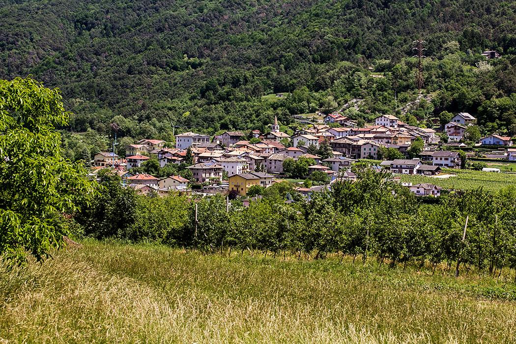 Vom Wanderweg sehen wir das Nachbardorf Stravino im Valle di Cavedine.