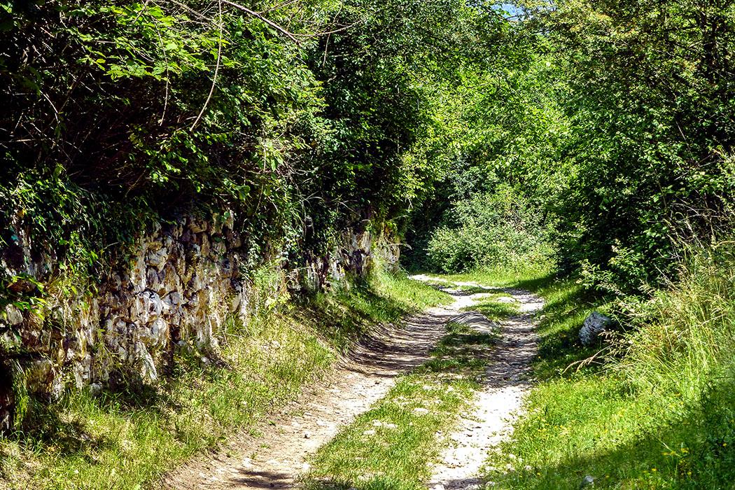 Entlang von Steinmauern führt der Wanderweg zur ersten Sehenswürdigkeit bei Cavedine: Dem römischen Brunnen.