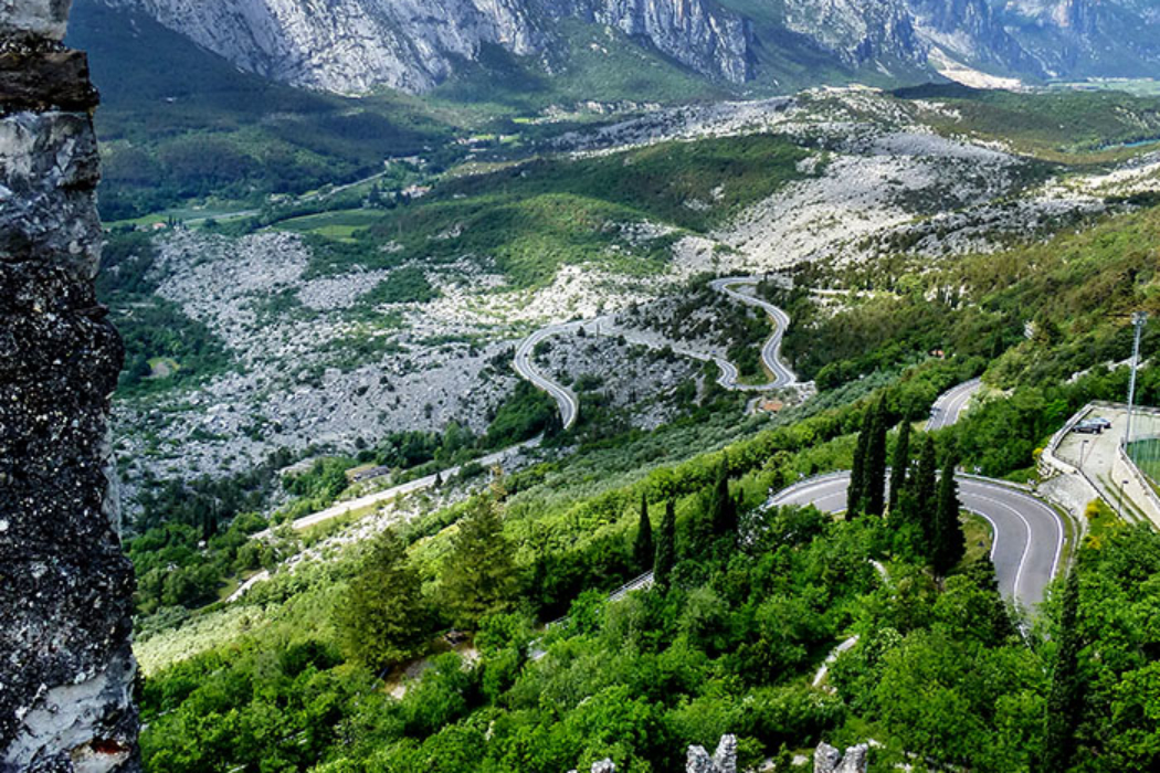 Fantastischer Blick in das nördliche Sarcatal und dem Felssturzgebiet der Marocche di Dro.