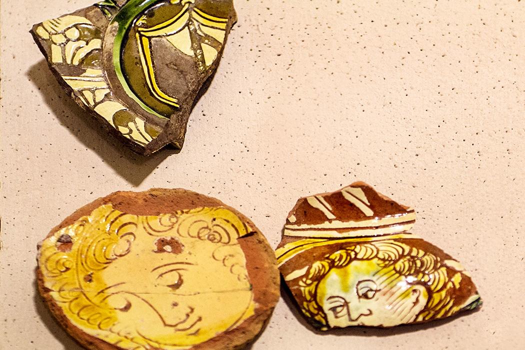 Bemalte und glasierte Gebrauchskeramik aus dem Burgmuseum in Drena.