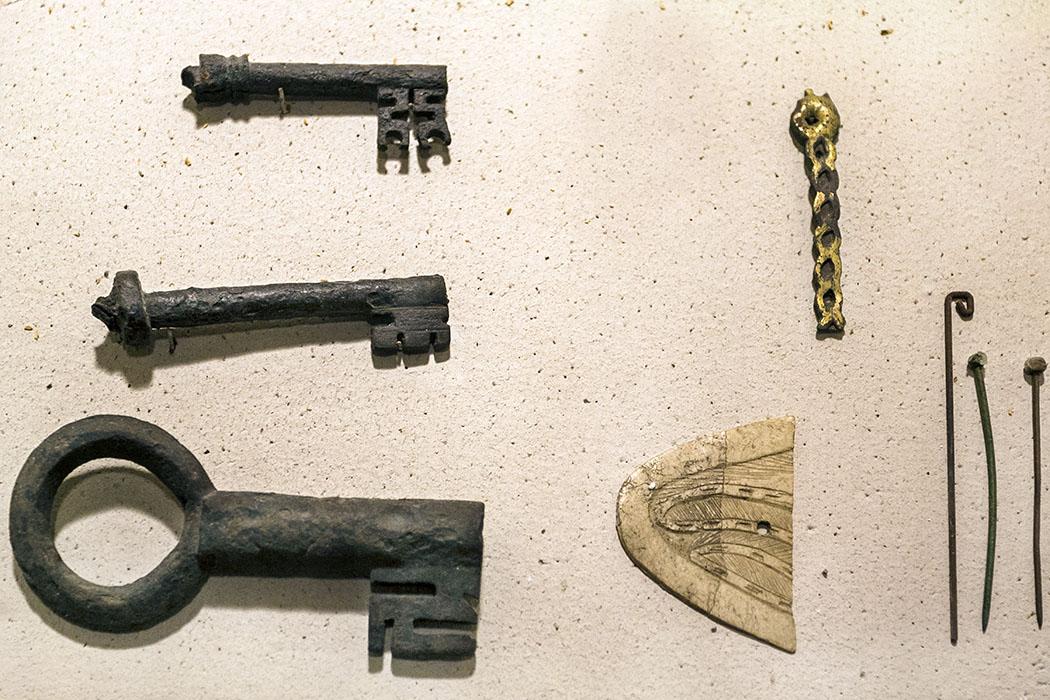 Weitere Funde des Mittelalters im Burgmuseum sind eiserne Drehschlüssel mit durchbrochenen Bart, Fragmente von Elfenbeinschnitzerei und Goldschmuck, sowie Eisennägel.