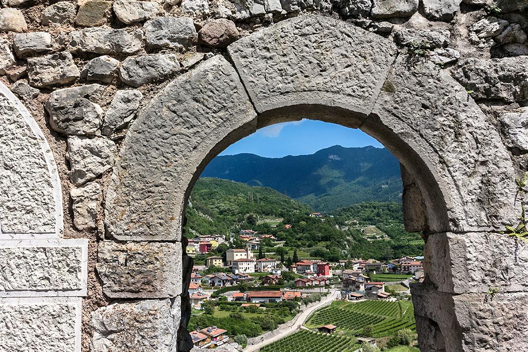 Unterhalb der Burg in einer geschützten Senke liegt das malerische Dorf Drena.