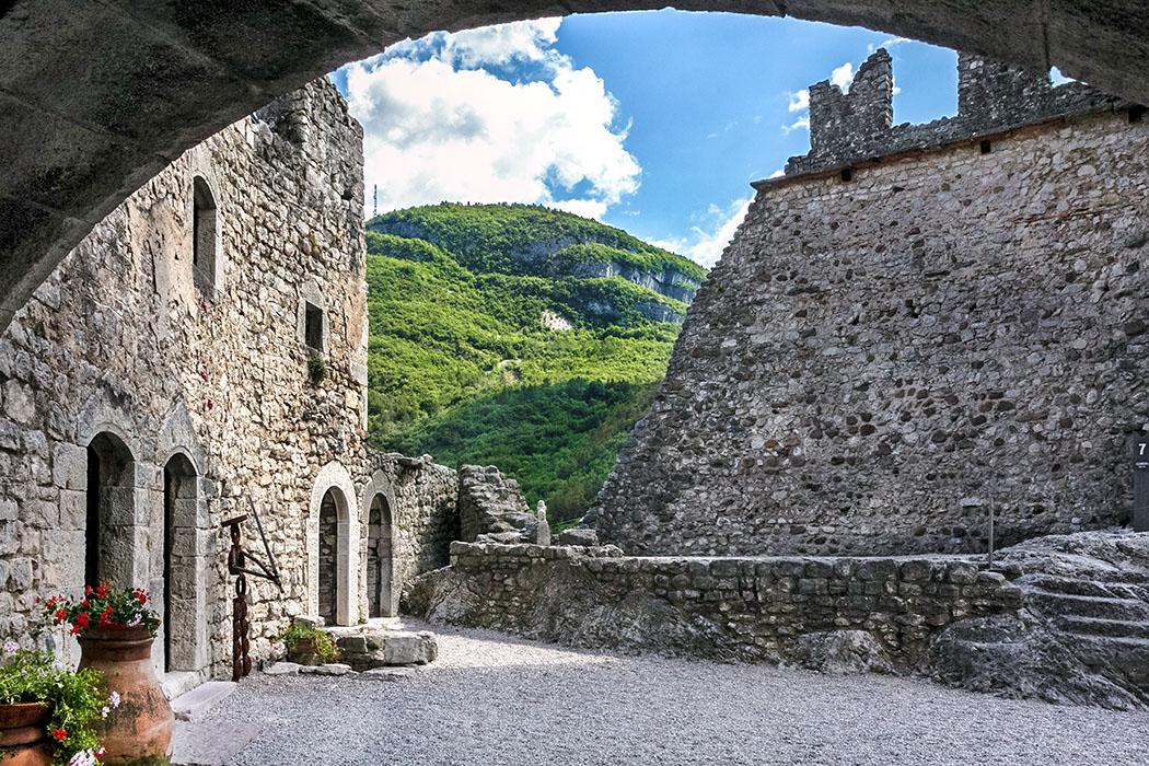 Im Hof vor dem Palas von Burg Drena sind die Zerstörungen der Burgmauern von den französischen Truppen im 18. Jahrhundert erkennbar.