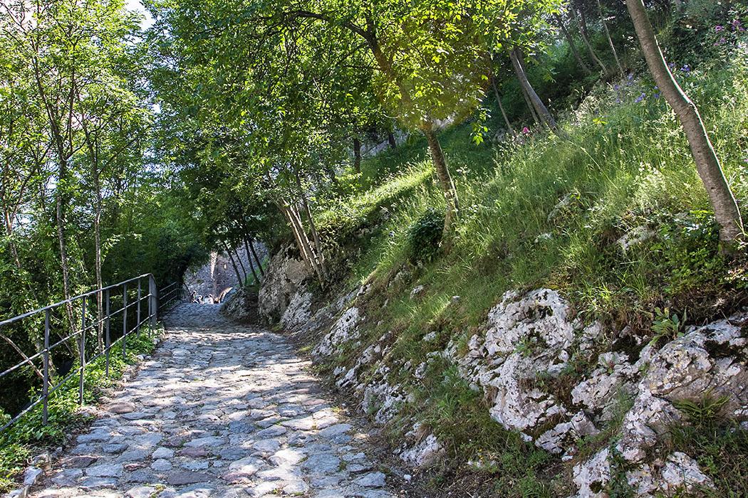 Die gepflasterte Straße zur Burg von Drena folgt dem mittelalterlichen Verlauf.