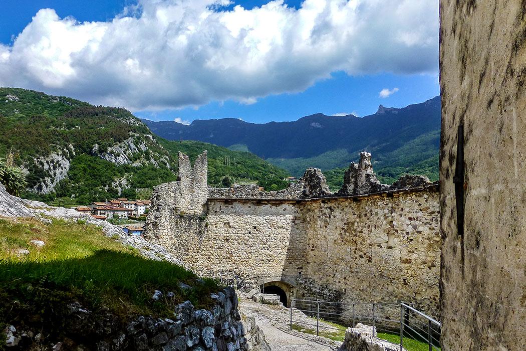 Die zerstörten Burgbefestigungen geben den Blick frei ins Cavedinetal und zum Dorf Drena.