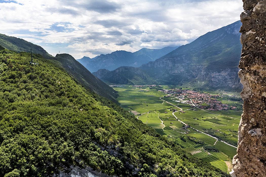 Von der Spitze der Bergfrieds öffnet sich der Blick nach Süden ins Sarcatal mit dem Dorf Dro.