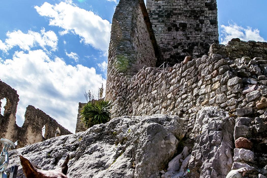 Eindrucksvoll dominiert der Bergfried von Drena die Anlage. Eine Kunstausstellung im Burggelände zeigt verschieden Skulpturen und Installationen.