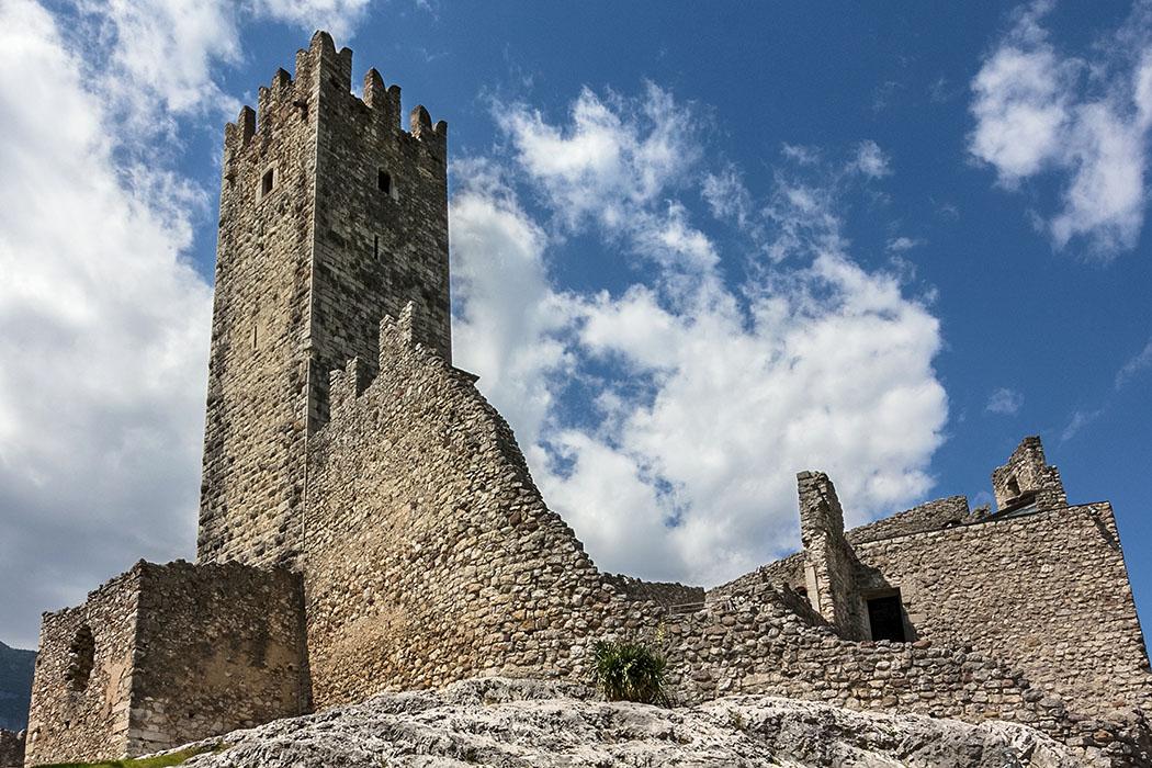 Eindrucksvoll ist der 25 Meter hohe, besteigbare Bergfried der Burg Drena mit fantastischem Rundblick.