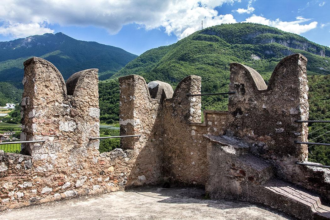 Auf der Wehrplattform des Bergfrieds, ist die Brustwehr mit Schwalbenschwanzzinnen noch gut erhalten. Der Turm dürfte im 12./13. Jhd. errichtet worden sein.