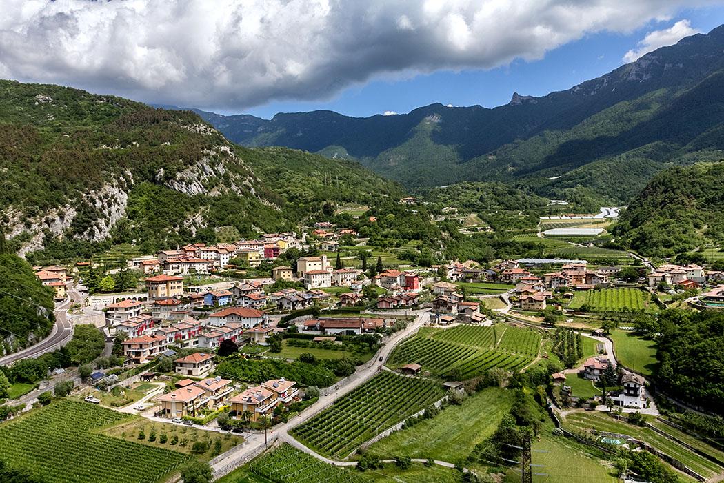 garda trentino drena dorf cavedinetal sarcatal gardasee italien Blick von der Burg auf Drena im Cavedinetal.