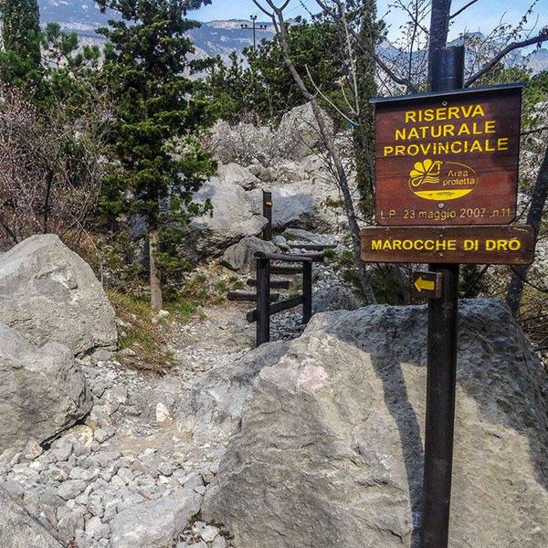 Garda Trentino: Marocche di Dro – Biotop mit Dinosaurierspuren garda trentino marocche di dro wegweiser wanderung sarcatal drena gardasee italien Wegweiser durch das Naturschutzgebiet Marocche di Dro.