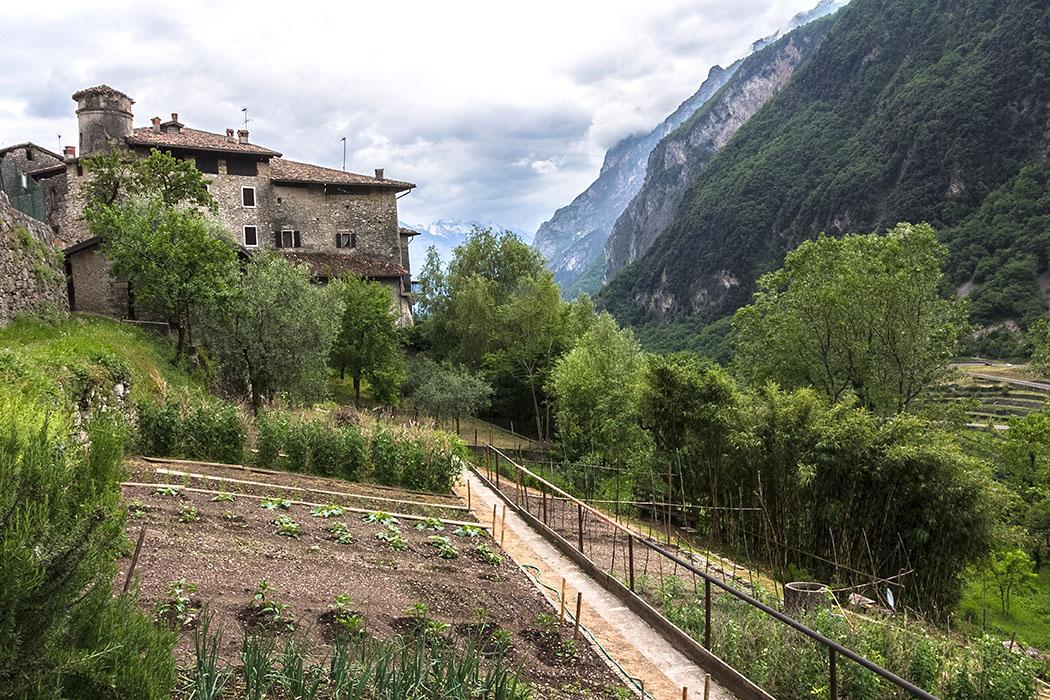 Unterhalb des Dorfbrunnen befinden sich die liebevoll gepflegten Gemüsegärten.