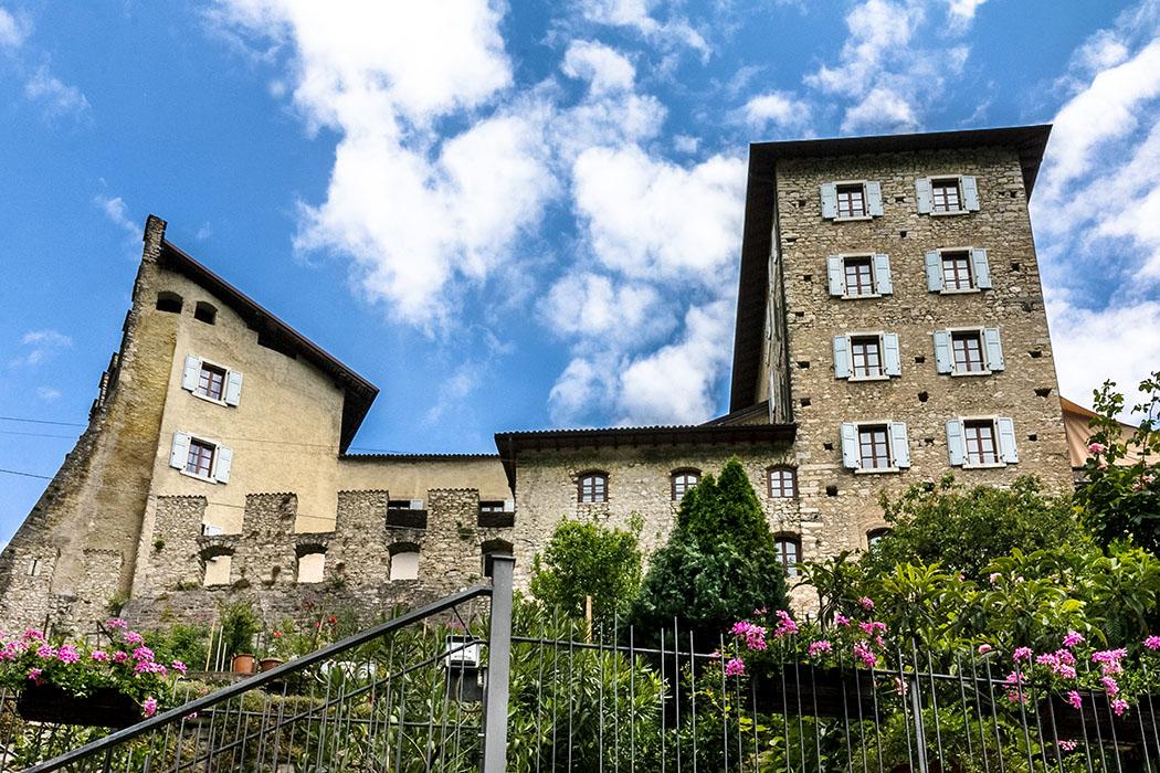 Wohnen in mittelalterlichen Gemäuern mit mediterranem Garten: Ein Traum!