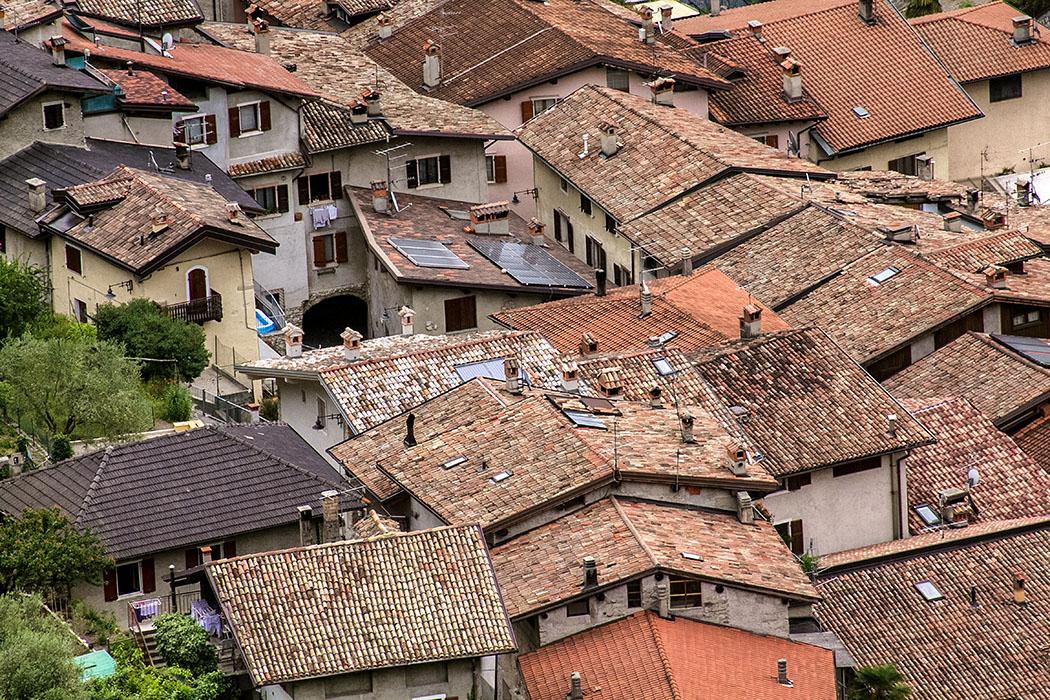 Garda Trentino: Tenno – Borgo mit Burgruine und Traumblick auf den Gardasee garda trentino tenno borgo frapporta 08 val di tenno gardasee italien Besonders sehenswert ist der Ortsteil Borgo di Frapporta, der sich als befestigtes Dorf um die Burgruine schmiegt. Ein jahrhundertelang gewachsener und verschachtelter Organismus.