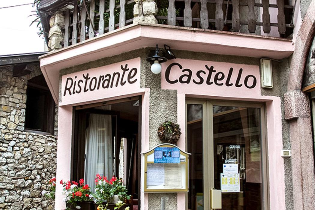 Das urige Ristorante Castello liegt direkt am Zugang zur Burg und serviert ausgezeichnete regionale Küche.