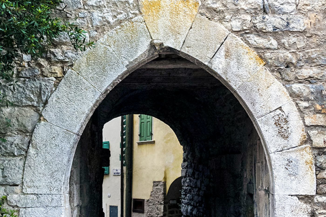 Die Ringmauer zog sich vom Castello di Tenno um den Borgo di Frapporta, einziger Zugang war einst das gotische Stadttor mit Spitzbogen.