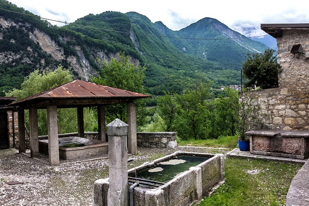 Neben dem Dorfbrunnen von Frapporta liegt ein überdachter Waschplatz (Lavatoio).