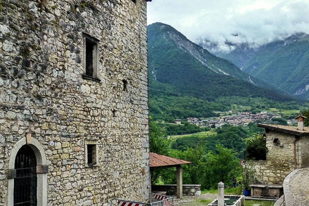 Im Borgo befinden sich auch zwei alte Dorfbrunnen, einer davon trägt ein Dach und diente einst als Waschplatz (Lavatoio)