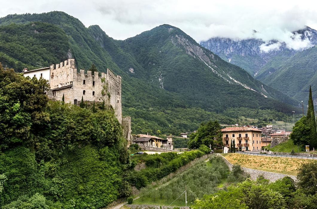 Unter der Burgruine von Tenno führt ein alter Weg zu gepflegten Feldterrassen. Das Ristorante-Hotel Antica Croce (rechts) liegt direkt am Castello.