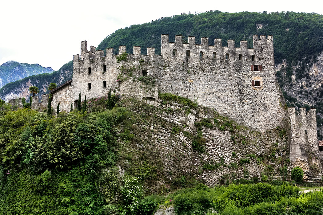 Die gewaltige Burganlage von Tenno diente den Herren von Eppan bei Bozen, den Bischöfen von Trient und dem Herzogtum Mailand als Stützpunkt.