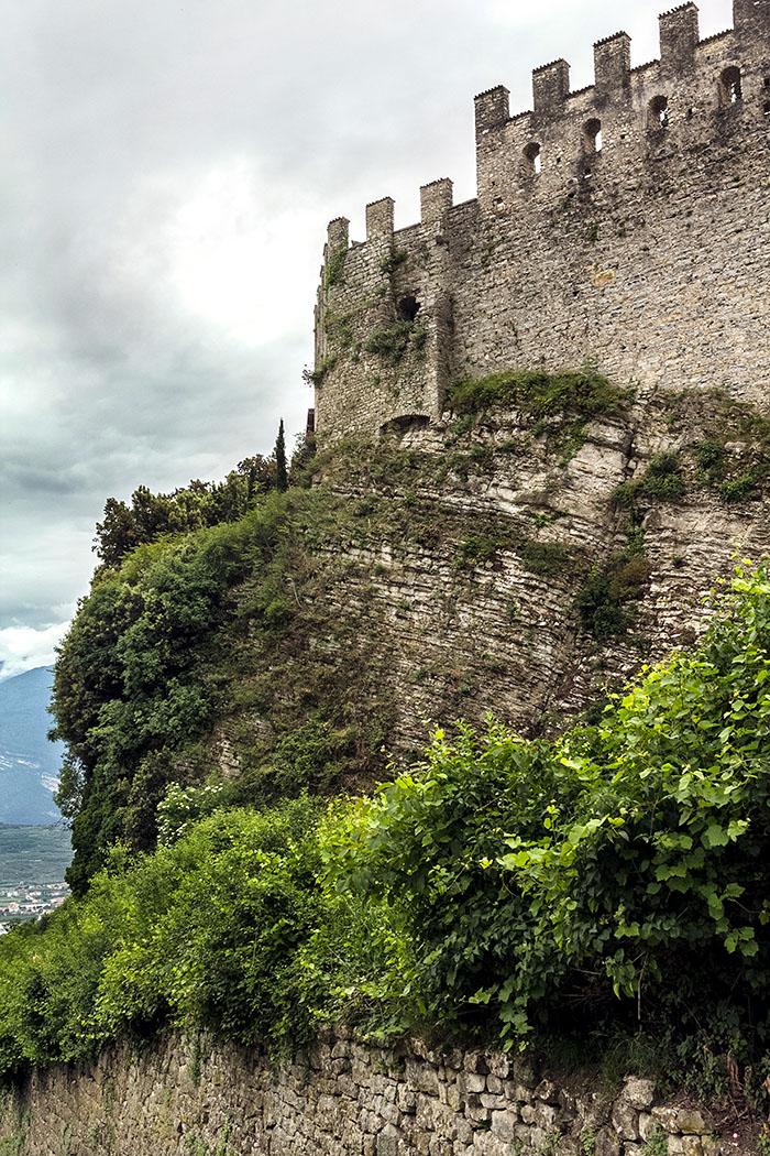 Auch Belagerungen der Republik Venedig konnten die Burg nicht einnehmen. Französische Truppen sprengten sie 1703 teilweise. Der Burgfried stürzte in den 1920er-Jahren ein.