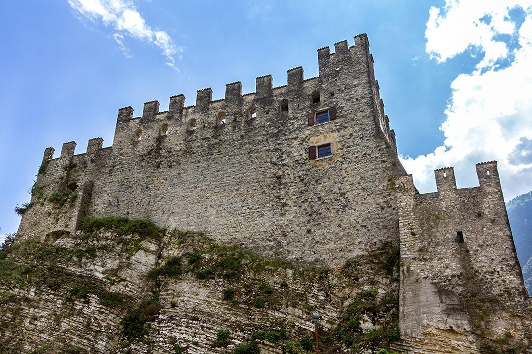 Garda Trentino: Tenno - Mittelalterlicher Borgo mit Burgruine garda trentino tenno castel di tenno burg 04 val di tenno gardasee italien Eine noch immer imposante Erscheinung: Castello di Tenno. Ende des 12. Jahrhunderts wurde die Festung auf einem steilen Felsen errichtet. Ein Vorgängerbau der Anlage konnte nachgewiesen werden.