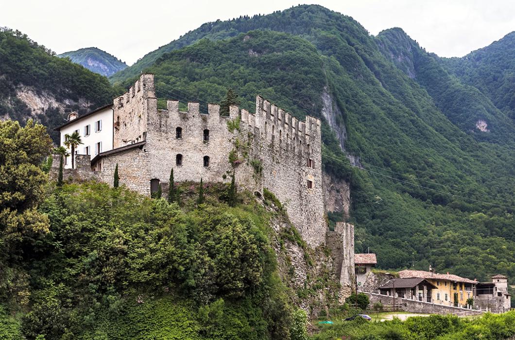 Durch Belagerungen wurde Castello di Tenno oft beschädigt, aber immer wieder erneuert und erweitert. Im Hintergrund der Borgo di Frapporta.
