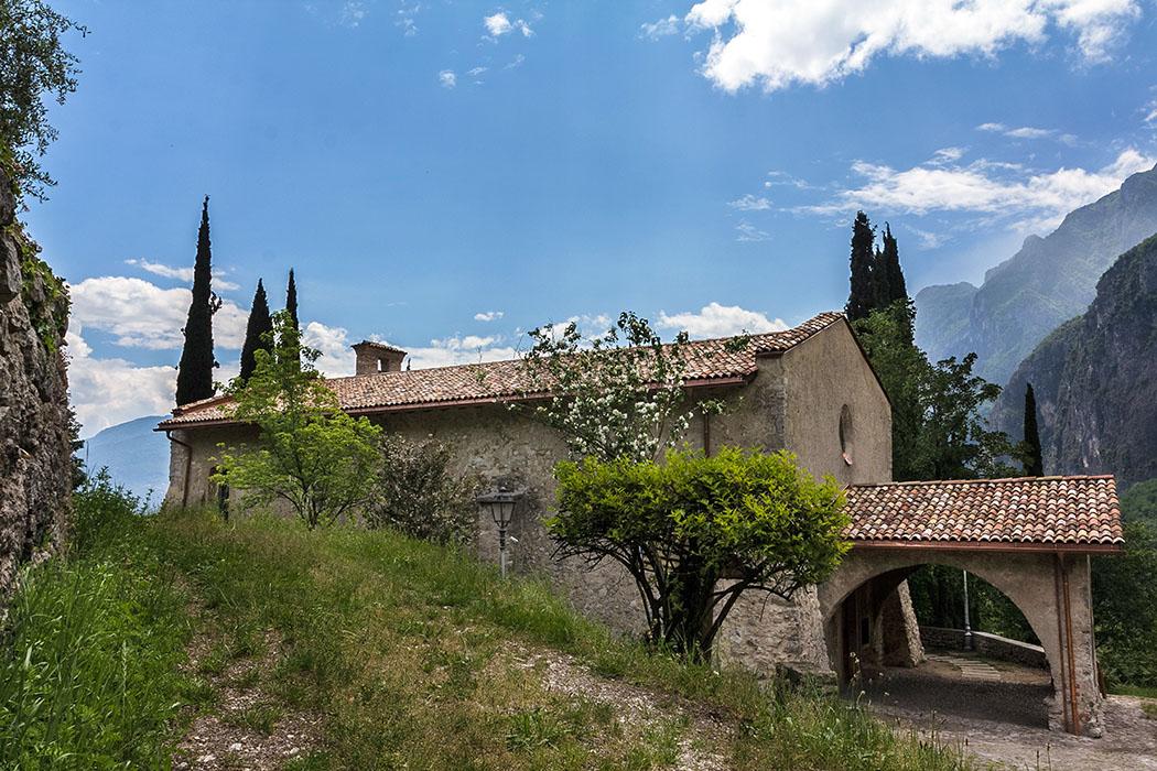 Etwas unterhalb von Tenno steht die gut erhaltene, romanische Kirche San Lorenzo.