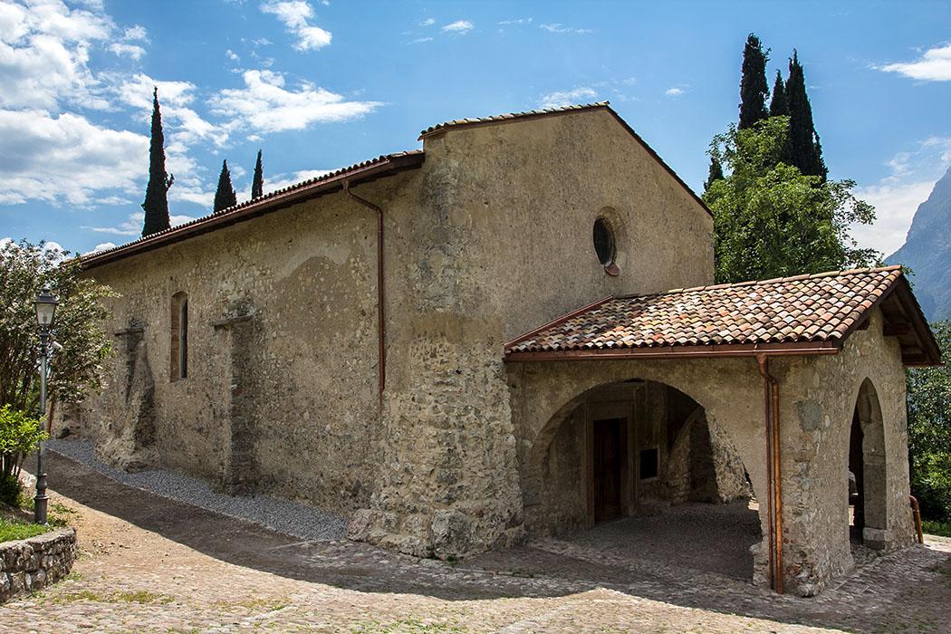 Hinter einem Portikus öffnet sich ein romanischer Innenraum des 13. Jahrhunderts. San Lorenzo war schon damals kein Neubau, sondern eine deutlich ältere Kirche wurde renoviert und erweitert.