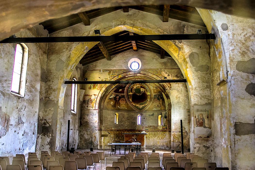In der Apsis und am Triumphbogen haben sich in San Lorenzo die ältesten mittelalterlichen Fresken des ganzen Trentino erhalten. Sie stammen aus dem 11. Jahrhundert und stellen den Hl. Laurentius und Hl. Rochus, sowie Szenen aus dem Leben der Heiligen dar.