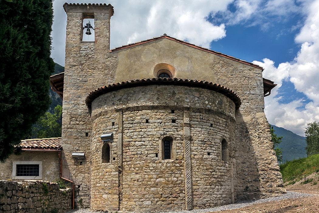 Die mittelalterlichen Baumeister haben zahlreiche große Reliefsteine einer vor-romanischen Kirche in der Apsis wieder verbaut.