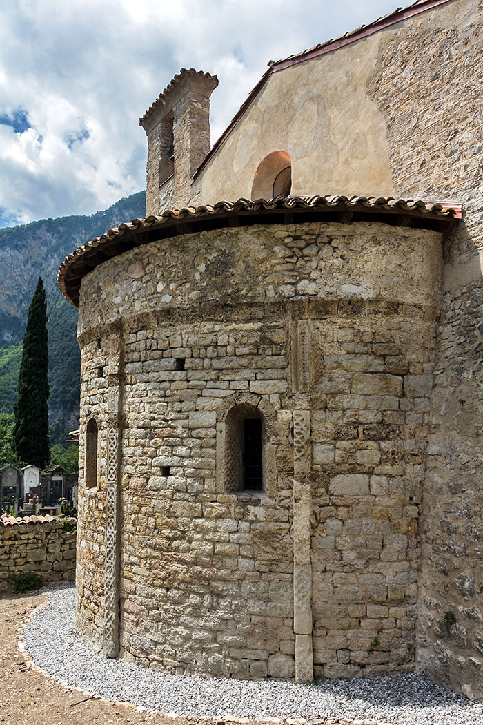 Die Mauerblenden und Rahmen der Fenster sind mit geometrischen Ornamenten verziert. Die Bauteile sind zeitlich nicht exakt einzuordnen, sie stammen wahrscheinlich sogar aus dem 8. oder 9. Jahrhundert.