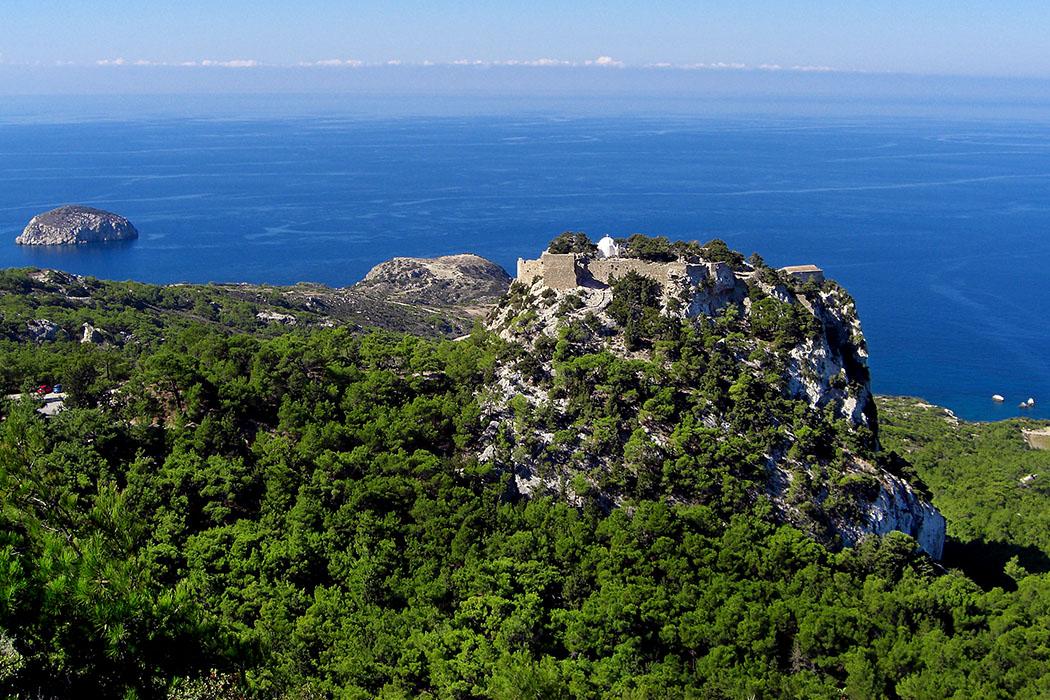 Reisetrends 2017: Die 10 beliebtesten Reiseziele für den Sommer greece, rhodes island, monolithos castle Insel Rhodos: Monolithos liegt an der Westküste der griechischen Dodekanes-Insel. Einst stand auf dem steilen Burgfelsen eine byzantinische Festung, die später von Kreuzrittern erweitert wurde. Innerhalb der Burg steht heute die Kapelle Agios Pantaleon.