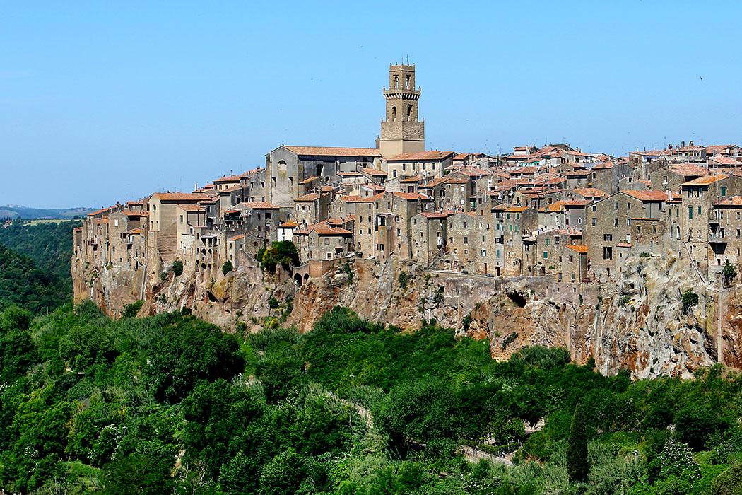 Reisetrends 2017: Die 10 beliebtesten Reiseziele für den Sommer italy-tuscany-pitigliano Toskana: Das Dorf Pitigliano scheint wie aus dem Felsen gewachsen, die Häuser stehen dichtgedrängt auf dem rötlich schimmernden Tuffstein. Pitigliano ist bis heute die größte Ortschaft etruskischen Ursprungs in dem Gebiet des Fioratals in der südlichen Toskana.