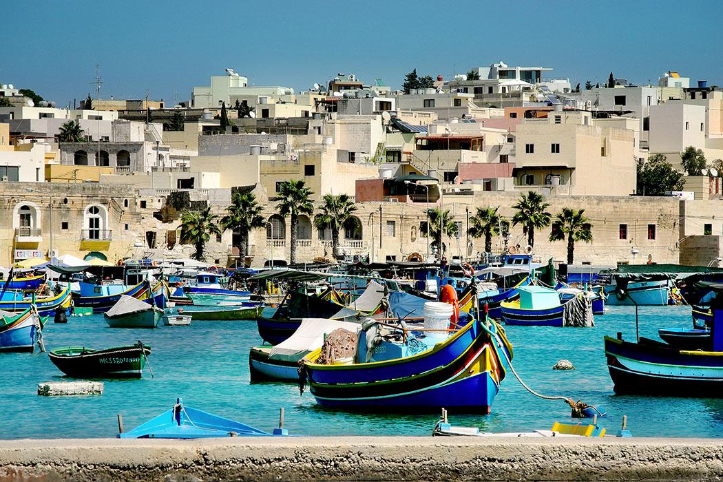 Reisetrends 2017: Die 10 beliebtesten Reiseziele für den Sommer malta, Luzzus, Marsaxlokk, flickr, Shepard4711 Malta: Farbenprächtige Luzzus sind die typischen Fischerboote auf Malta und sind traditionell am Bug mit Augen verziert. Im Hafen des Fischerdorfs Marsaxlokk an der Südostspitze von Malta, wird jeden Sonntagmorgen der Fischmarkt abgehalten, dort werden auch lokale Produkte und Kunsthandwerk angeboten. Foto: flickr, Shepard4711