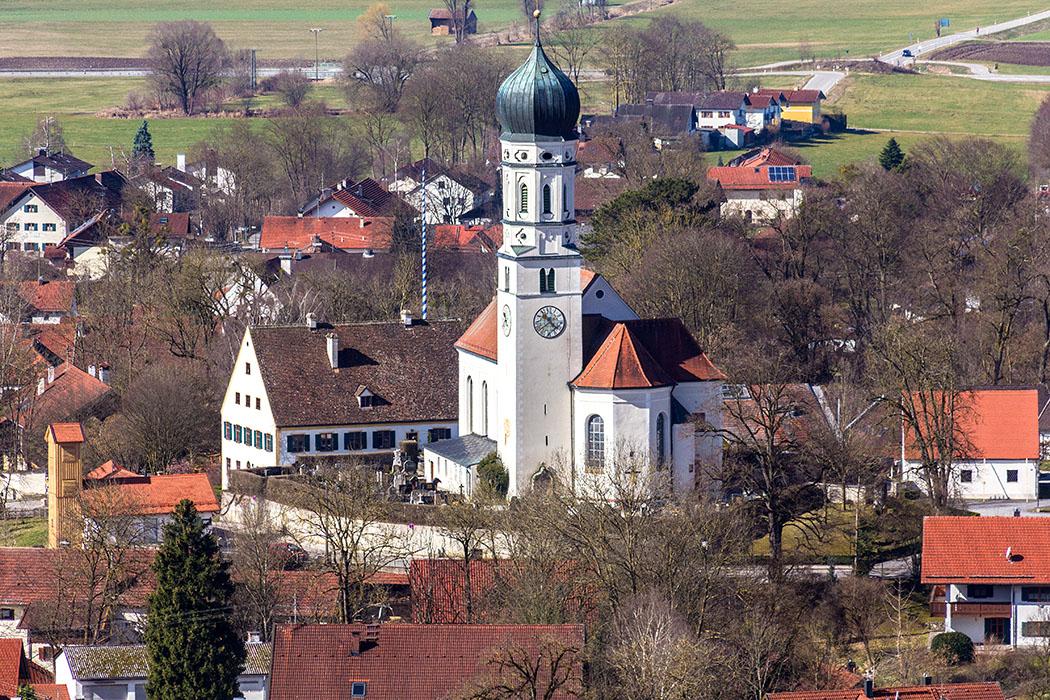 Die barocke Pfarrkirche St. Laurentius in Pähl, ein bis zur Mitte des 12. Jahrhunderts zurückreichender Kirchenbau.