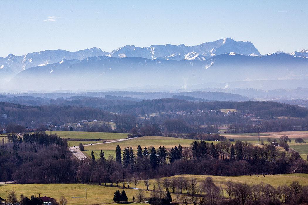 Vom Hirschberg-Gipfel bietet sich ein fantastisches Panorama auf das Ammertal, Weilheim, Karwendel, Zugspitze und die Bayerische Alpenkette.