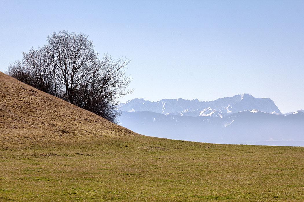 Zum Greifen nah: Die Zugspitze (2962 Meter), der höchste Berggipfel Deutschlands und des Wettersteingebirges in den Ostalpen.