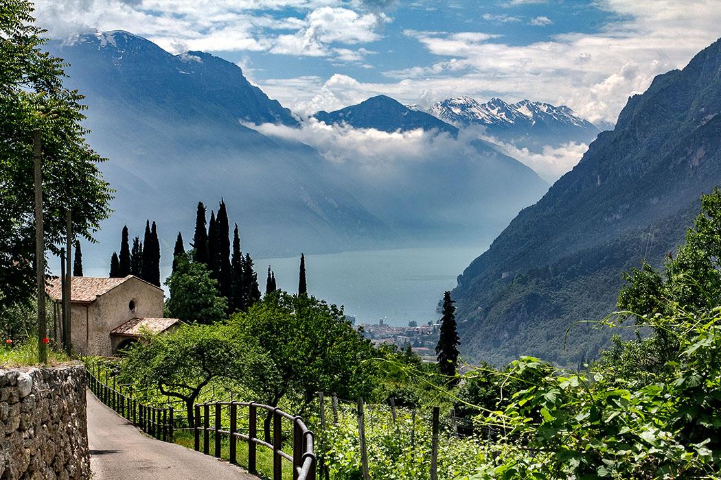 Garda Trentino: 10 Ausflugstipps im Norden vom Gardasee - reise-zikaden. de, italien, garda trentino, tenno, san lorenzo, - Der ewige Traum vom Süden: Die Einzigartigkeit des Gardasees ist sein intensives Blau, das im Norden eingebettet liegt zwischen steilen Felswänden. Liebhaber bereisen das Garda Trentino in der Nebensaison um in Ruhe den italienischen Flair ohne Massenandrang zu genießen.