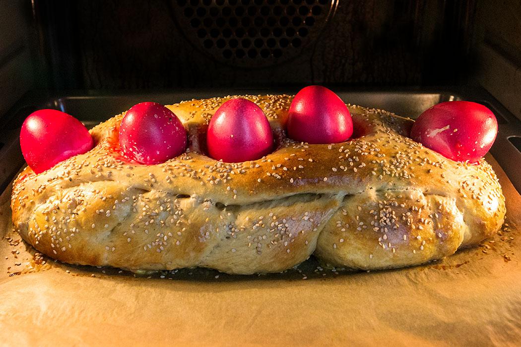 Griechisches Osterbrot: Tsoureki mit roten Ostereiern Griechisches Osterbrot, Tsoureki 11 Ein verführerischer Duft zieht durch die Küche. Der griechische Osterzopf ist seit etwa 20 Minuten im Backofen und hat ordentlich an Volumen zugelegt. Nur die Eier beginnen zu wandern...