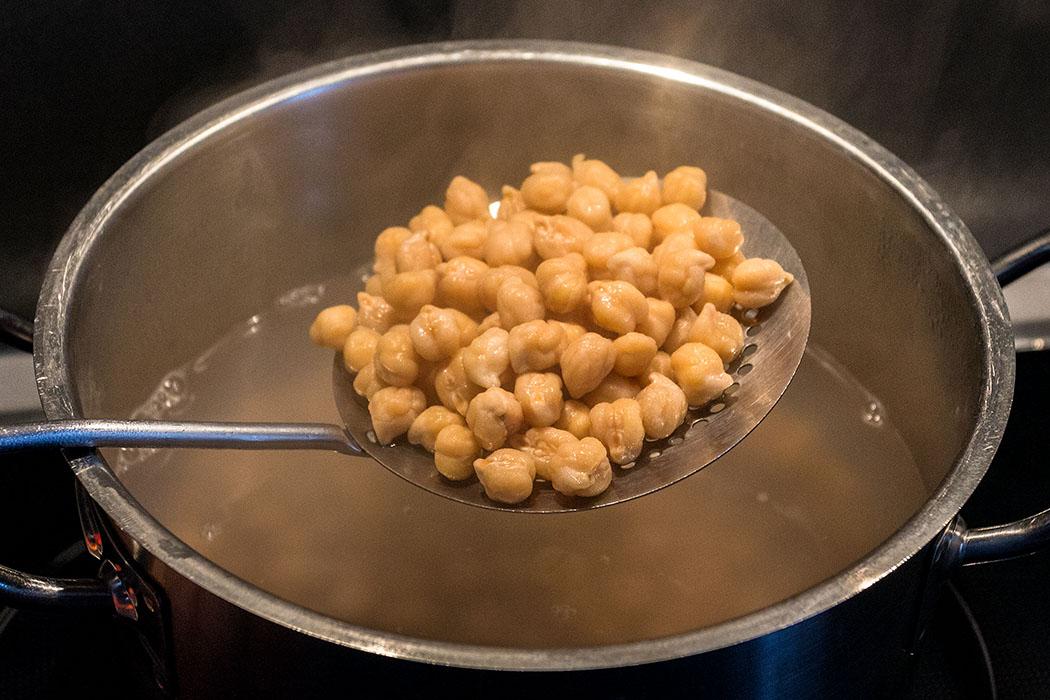 Kichererbsen mit etwas Backpulver 1 bis 1,5 Stunden sanft kochen, bis sie weich sind.