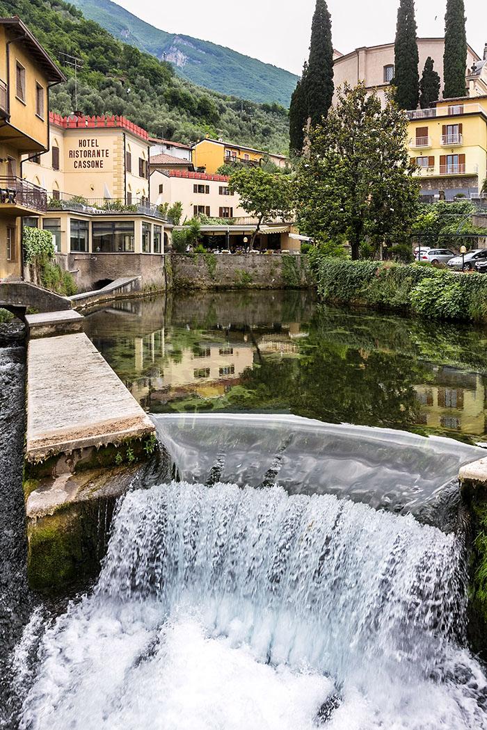 Neben der Hauptstraße bricht in einem Wasserbecken eine starke Quelle hervor. Der Fluss Aril fließt durch den Ort und mündet in den Gardasee.