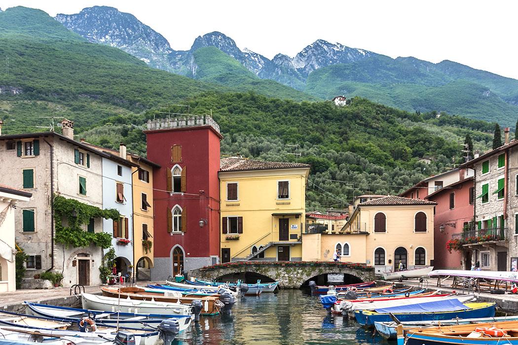 In das Hafenbecken von Cassone läuft der Fluss Aril ein. Dieser ist mit einer Länge von 175 Metern der kürzeste Fluss der Welt.
