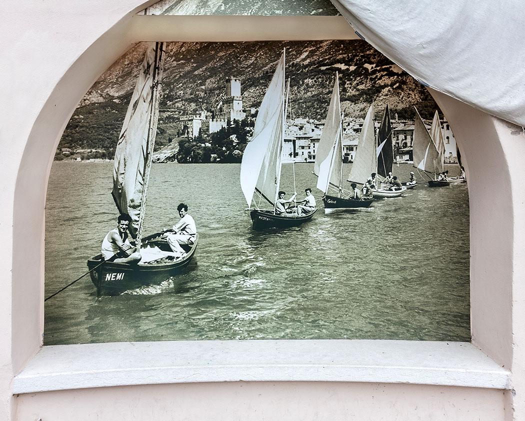 """cassone di malcesine museum gardasee lago di garda italien Im Fischereimuseum """"Il Museo del Lago"""" werden auch Fotografien von Segelbooten und Fischern gezeigt."""