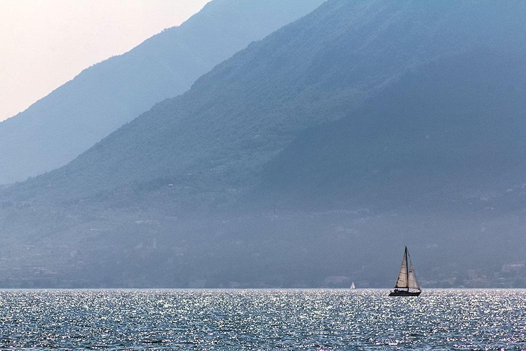 """Gardasee: Cassone di Malcesine - Ruhig und ursprünglich cassone di malcesine segelschiff sailing gardasee lago di garda italien Ein Blick der Urlaubsträume von """"Bella Italia"""" wahr werden lässt: Ein Segelschiff auf dem Gardasee!"""