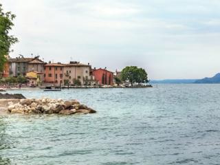 Blick von der Uferpromenade auf Cassone di Malcesine.